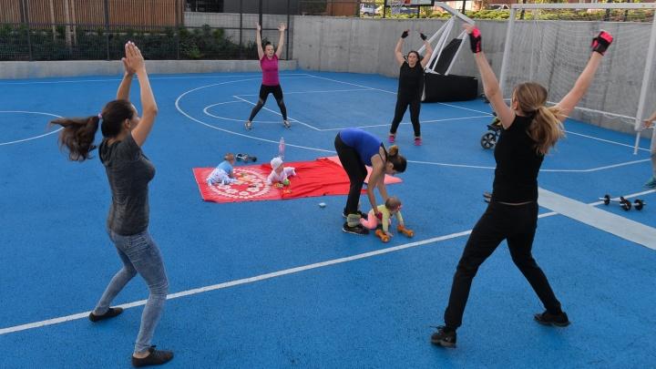 Дружим дворами: в новостройке на Уктусе мамы-декретницы устроили бесплатный фитнес-клуб на воздухе