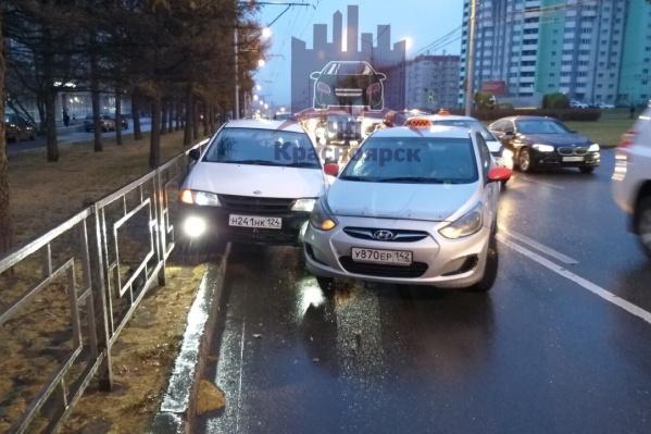 Автомобили «встретились» на выделенной полосе