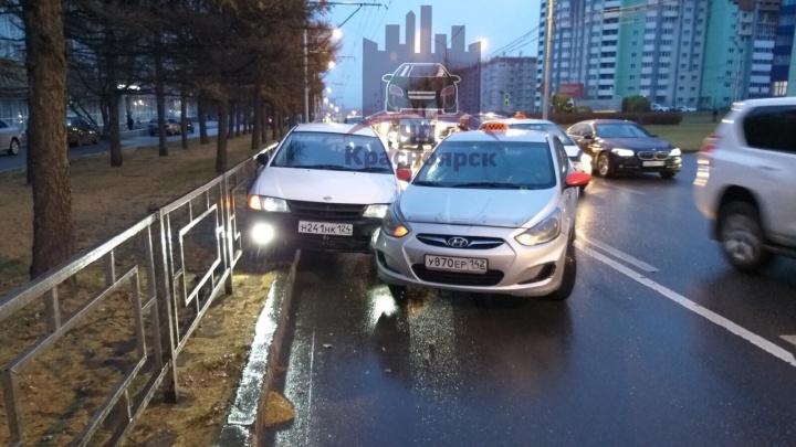 Ехал через два ряда и прижал к забору: ДТП на Копылова с таксистом на выделенке