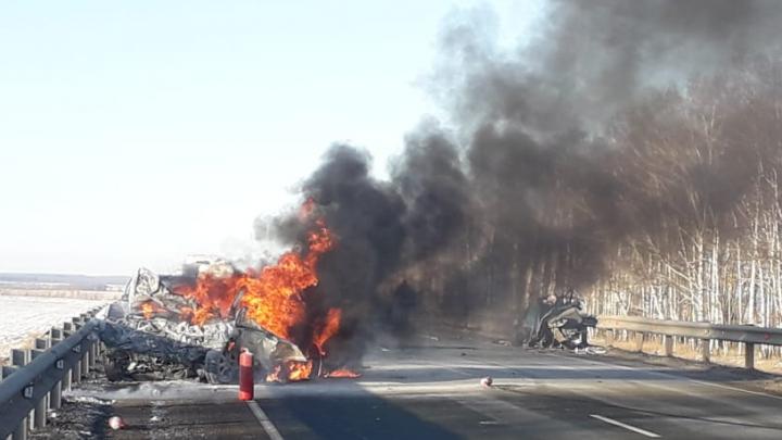На трассе в Башкирии столкнулись три легковушки. Два человека погибли, один с ожогами в больнице