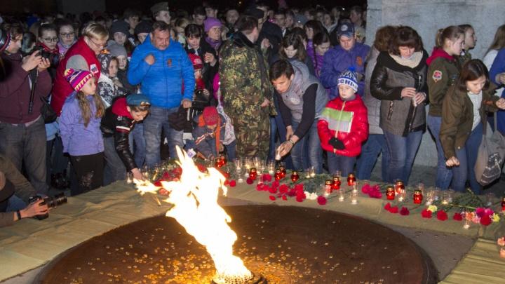 Новосибирцы зажгли у монумента Славы тысячи свечей