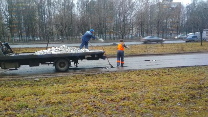И так сойдёт! В Ярославле рабочие заделали яму кирпичами