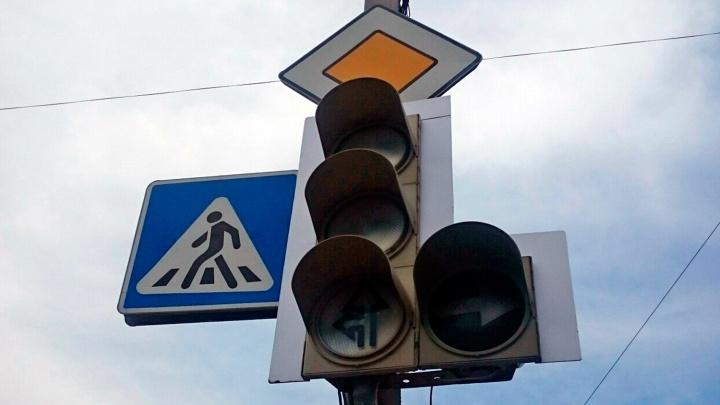 Перекрёсток улицы Петухова и Советского шоссе встал в пробку из-за погасших светофоров