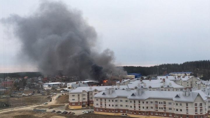 В Берёзовском сгорели помещения мебельной фабрики