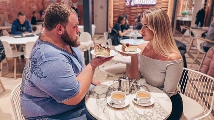 Чемпион по пощёчинам Вася «Пельмень» неделю сидит на диете из-за спора с красавицей