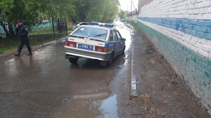 Автомобиль Росгвардии провалился в дыру на дороге в центре Новосибирска