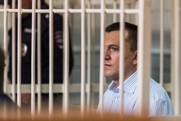 Анатолий Радченко в зале областного суда ждёт, когда судья зачитает приговор