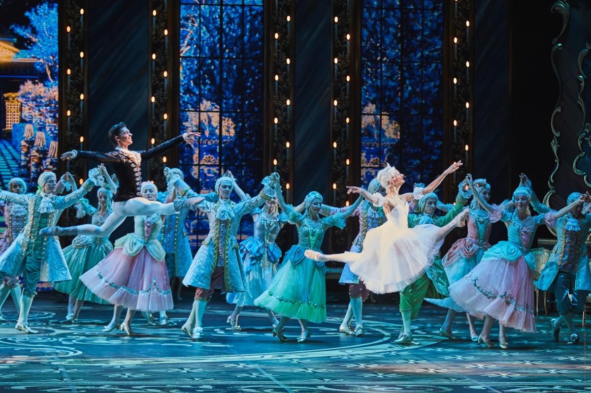Первая премьера легендарного балета состоялась 21 ноября 1945 года, а над музыкой Сергей Прокофьев работал с 1940 по 1944 годы