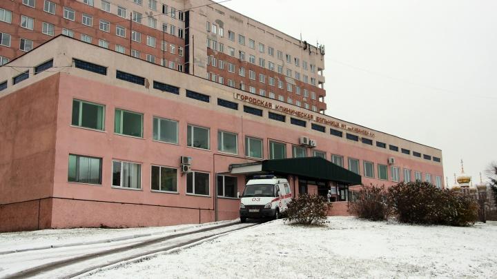 В омской больнице ввели масочный режим. Среди причин — коронавирус