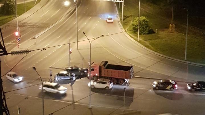 На 50 лет Октября легковушка проехала на красный и врезалась в грузовик
