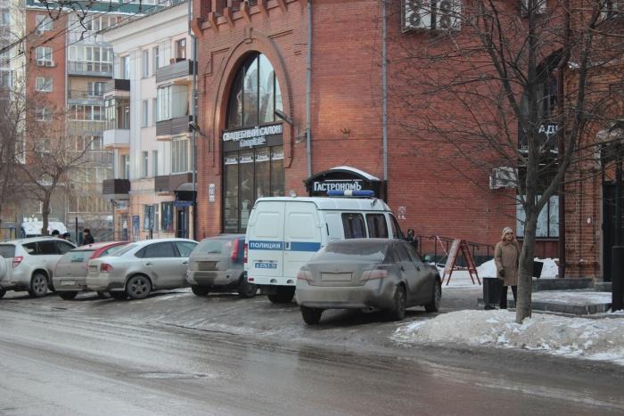 На месте происшествия работают полицейские и следователи