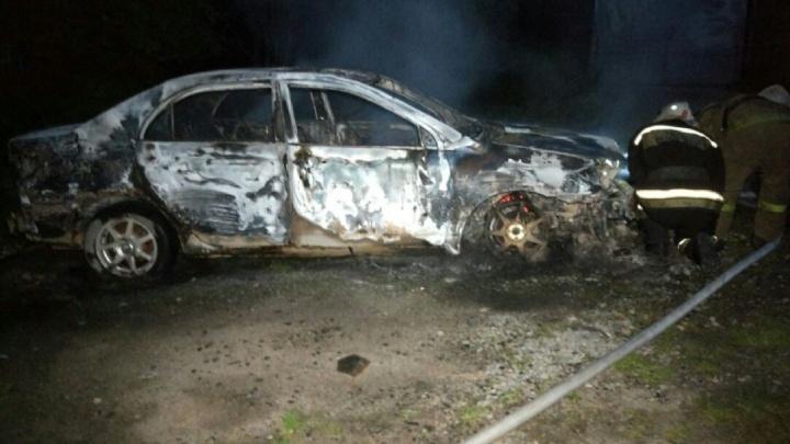 На Уктусе дотла сгорел автомобиль, который полгода простаивал во дворе