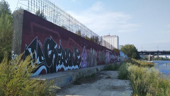 Мэрия Красноярска пытается заставить «Сибиряк» снести недострой на набережной у Коммунального моста