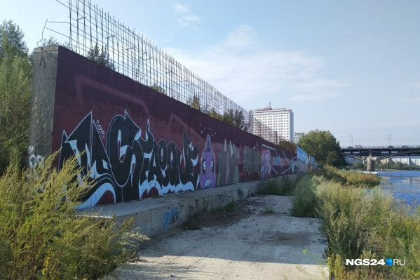 Конструкции находятся на заросшей бурьяном набережной у Коммунального моста