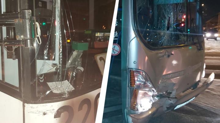 Автобус столкнулся с трамваем на Титова. Пока аварию оформляли, в тот же трамвай въехал другой автобус