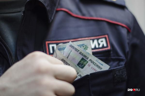 С шестерых бывших полицейских взыскали 8,2 миллиона рублей, полученных за взятки