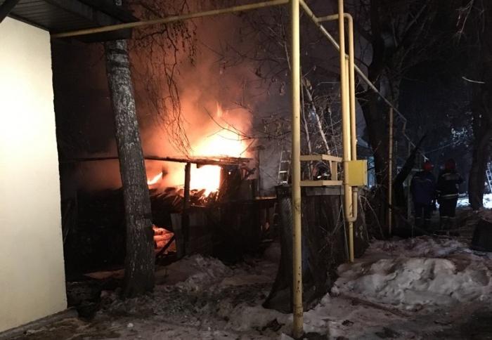 Дом охватило сильное пламя