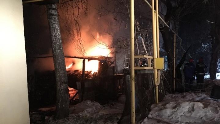 «Разбирают крышу, чтобы огонь не перекинулся на соседей»: на Уралмаше вспыхнул частный дом