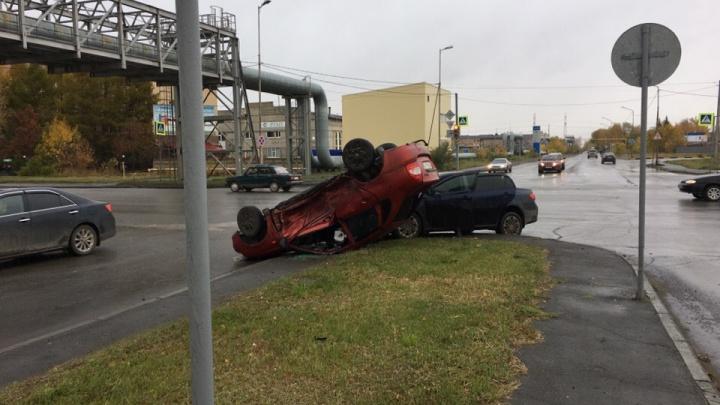 В Кургане пьяный водитель врезался в автомобиль Toyota и перевернулся