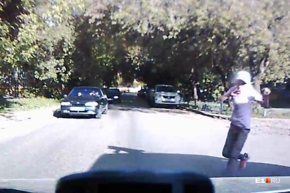 Девочка выбежала на дорогу из-за припаркованной машины