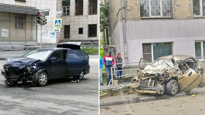 Прибыли МЧС, полиция и реанимация: три иномарки столкнулись на пустынной дороге в Челябинске