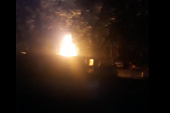 Пламя поднимается почти на два метра