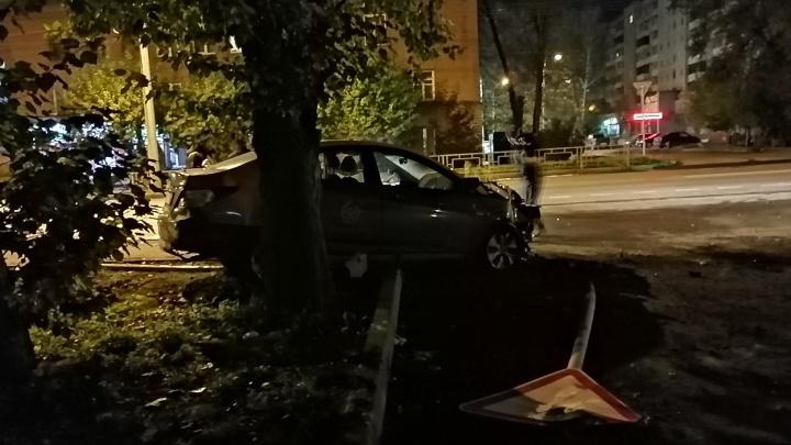Водитель разбил о столб арендованный «Солярис» и убежал