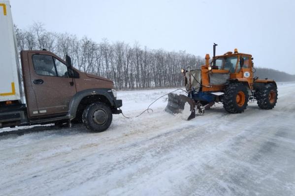 Застрявшие в снегу автомобили зачастую приходилось вытаскивать с помощью тяжелой техники
