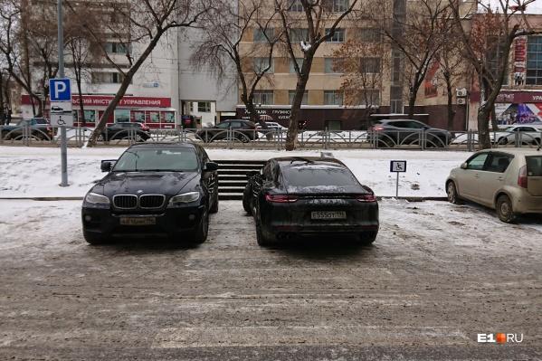 В центре Екатеринбурга, перед деловым центром