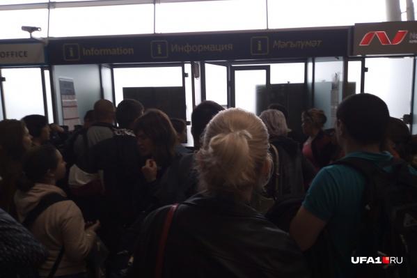 Туристы ждут свой рейс с раннего утра