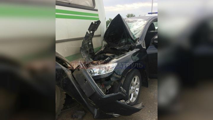 В Уфе кроссовер Toyota влетел в автобус ПАЗ