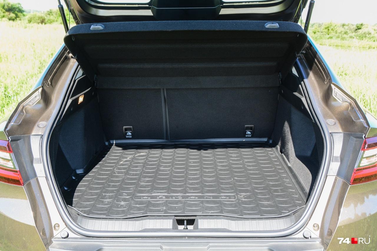 У багажника большая погрузочная площадь, но он невелик по вертикали, поэтому объём — 409 литров. У моноприводных версий багажник глубже и больше