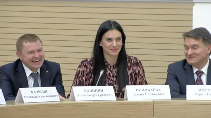 «Это очень важная книга»: Елена Исинбаева только сейчас прочитала Конституцию и узнала много интересного