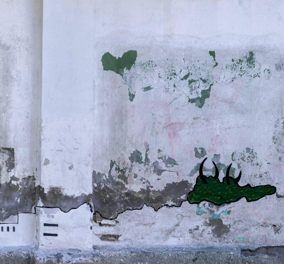 И облупившаяся стена