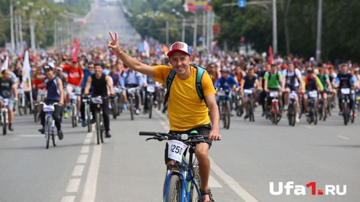 7500 уфимцев во главе с Рустэмом Хамитовым проехали велоколонной по городу