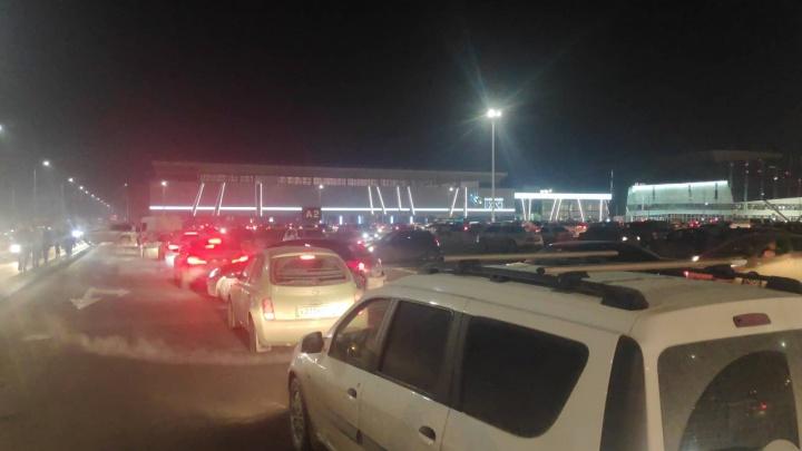 «Уже час стою»: после концерта Би-2 парковка «Екатеринбург-Экспо» встала в глухую пробку