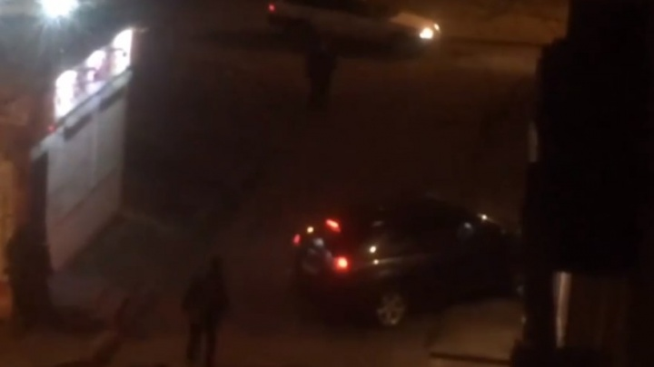 Неадекватный мужчина забрался в машину и принялся таранить припаркованные авто и подъезды