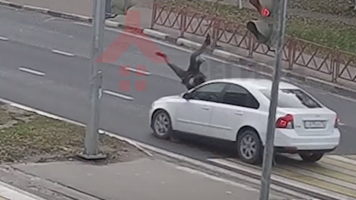 Появилось видео, как водитель сбивает 14-летнюю девочку на Московском проспекте в Ярославле
