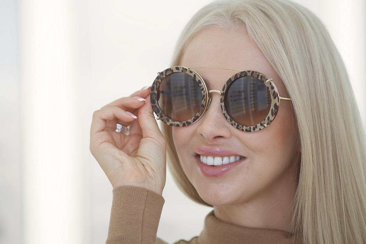 Выбираю смелые модели: модный блогер выяснила, какие солнцезащитные очки сейчас в тренде