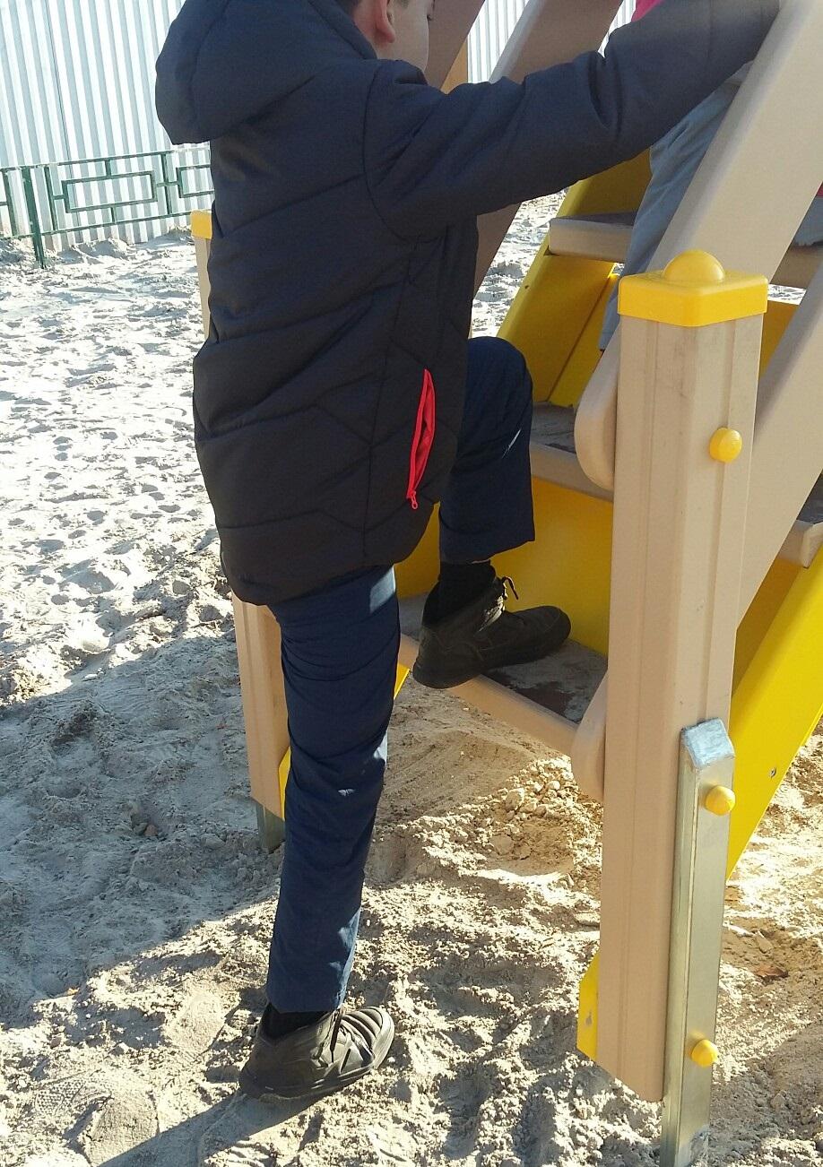 Мама в соцсетях жалуется, что детям тяжело подниматься на детскую площадку. Сейчас не тяжело, а потом в жизни будет тяжело