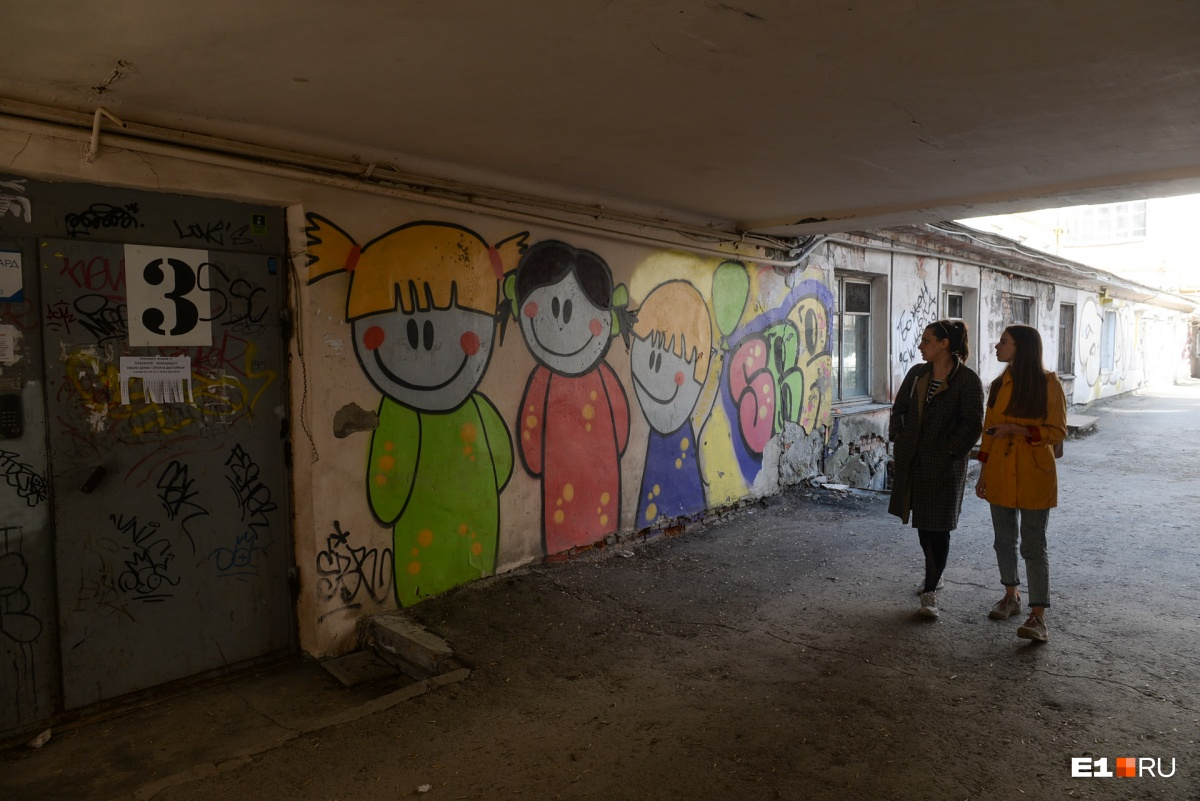 Под переходами идешь словно в туннеле. И почти везде стены в граффити