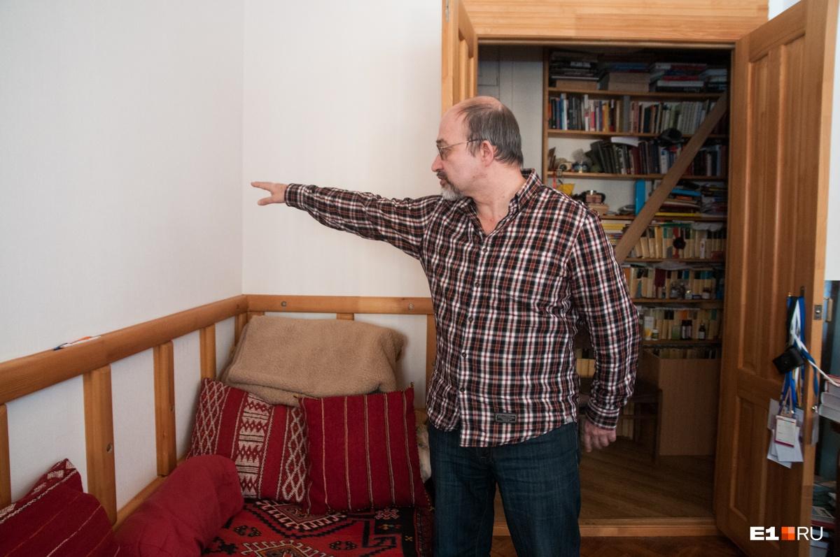 Игорь Янков показывает, где находилась эта ниша