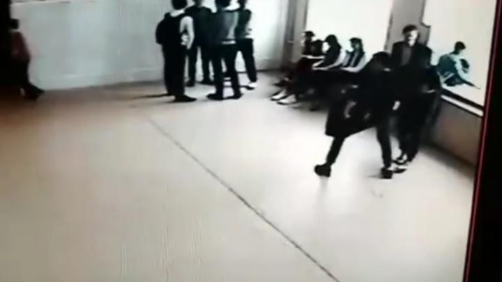 В Пермском крае подростки пытались выбросить одноклассника из окна