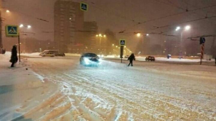 В Перми автомобиль такси сбил на пешеходном переходе двух девушек
