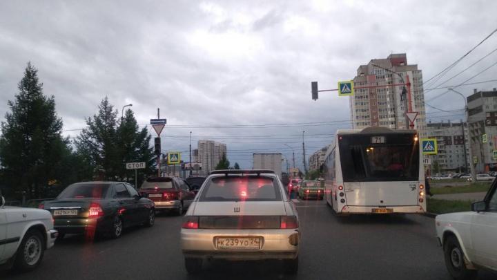 Водители встали в пробку из-за неработающего светофора у «Планеты»