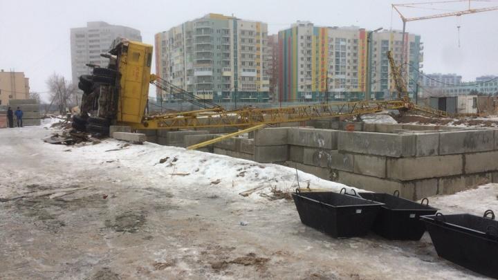 В Волжском на стройплощадке рухнул и разломился кран