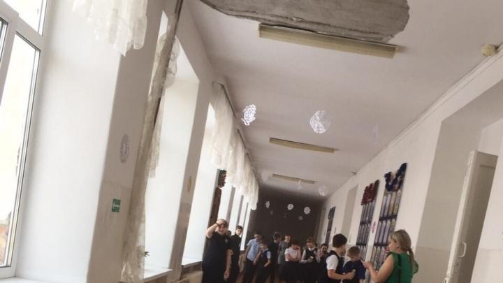 Прокуратура проверит ишимскую школу из-за сильного обрушения штукатурки с потолка