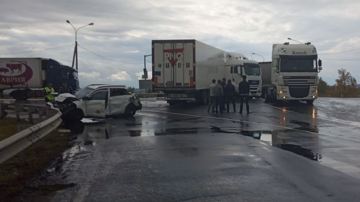 Под Сызранью грузовик «собрал» две иномарки на светофоре