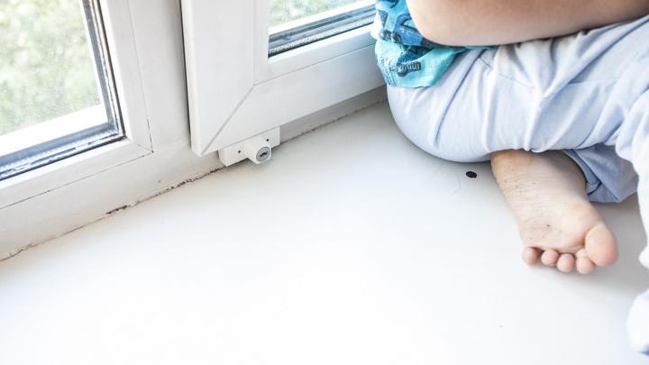 Потерявший равновесие 3-летний ребёнок выпал из окна 10-го этажа