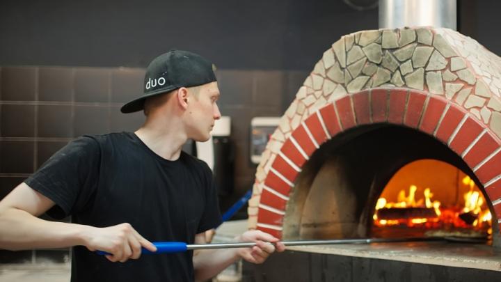 «Людям каждый день нужен праздник»: как ресторатор из Сургута приучил горожан к пицце на дровах